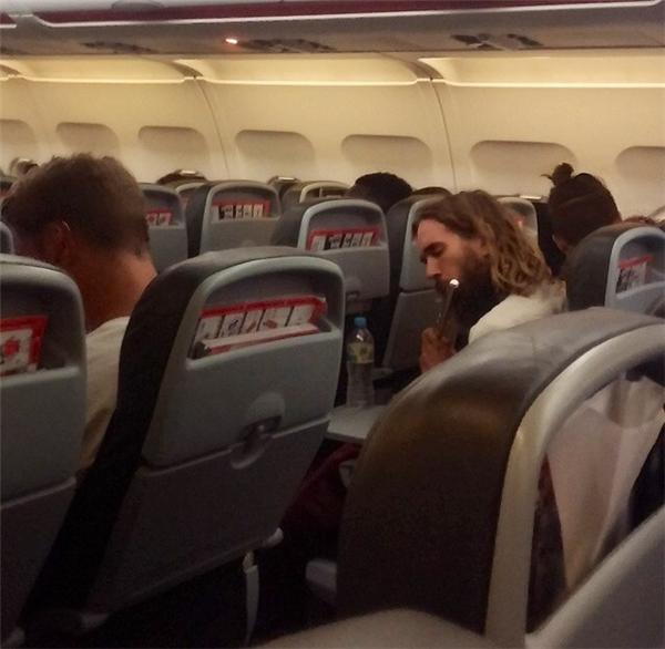 Tập thổi sáo trên máy bay là một cách tra tấn cực kỳ khủng khiếp đối với những người xung quanh.