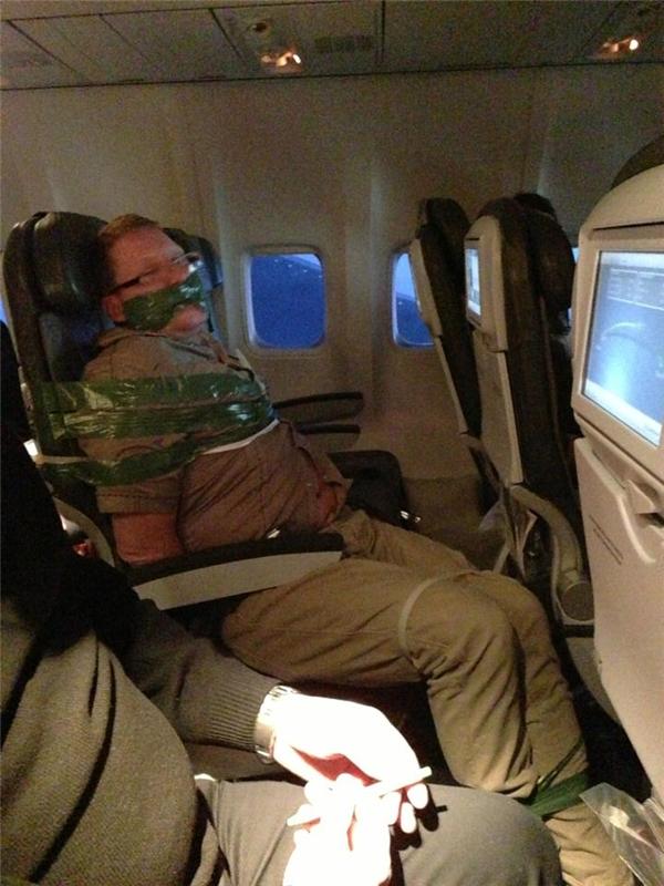 Hậu quả của việc lên máy bay mà say xỉn, bóp cổ và sờ soạng các hành khách nữ xung quanh.