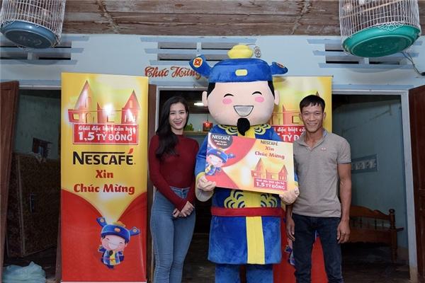 Đạt được Đông Nhi và ông Lộc trao quà trước thềm năm mới.