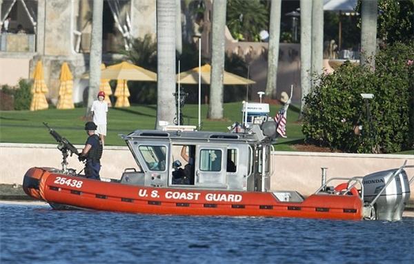 Khoảng 150 nhân viên an ninh bảo vệ gia đình ông Donald Trump trong kì nghỉ lần này, trước khi ông Donald Trump chính thức nhậm chức Tổng thống Mỹ vào năm sau.