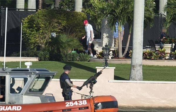 Barron Trump vui chơi trên bãi cỏ của biệt thự, trong khi đó, lực lượng bảo vệ bờ biển Mỹ luôn túc trực, bảo vệ sự an toàn cho cậu bé.