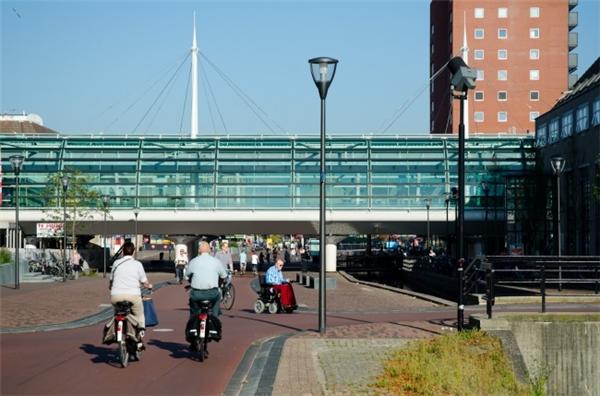 """Từ năm 1980, hơn 4000 cư dân tại thị trấn Houten, Hà Lan đã quyết định thúc đẩy, khuyến khích tất cả mọi người chuyển sang dùng xe đạp thay vì ô tô, xe máy. Dần dần, toàn bộ thị trấn chẳng còn bóng dáng của phương tiện nào khác, hoặc là cực kì, cực kì hiếm. Bởi vậy, nơi đây được mệnh danh là nơi """"an toàn nhất"""" trên thế giới."""