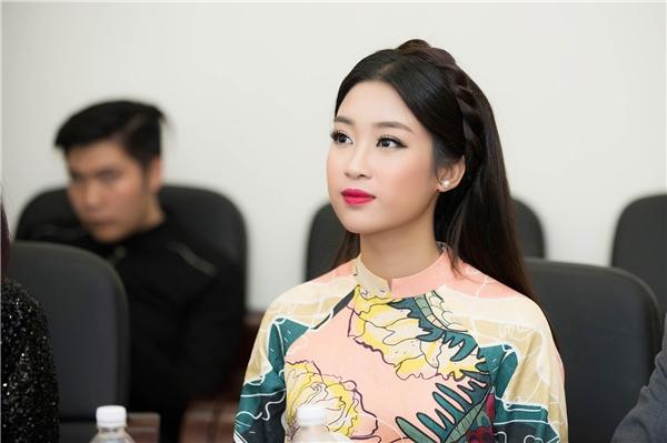 Đến với đêm thi của các bạn sinh viên Đại học Quốc gia Hà Nội, cô nhớ lại khoảng thời gian đi thi Hoa hậu Việt Nam, được đứng trên sân khấu, cảm xúc vỡ òa khi MC xướng tên mình.