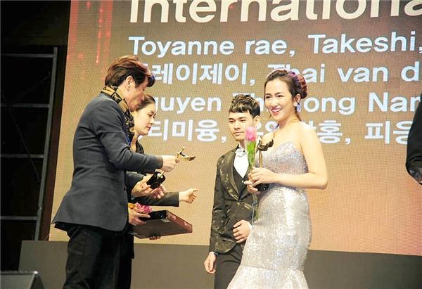 DJ Trang Moon nhận giải Nữ DJ xuất sắc châu Á 2016 tại Hàn Quốc