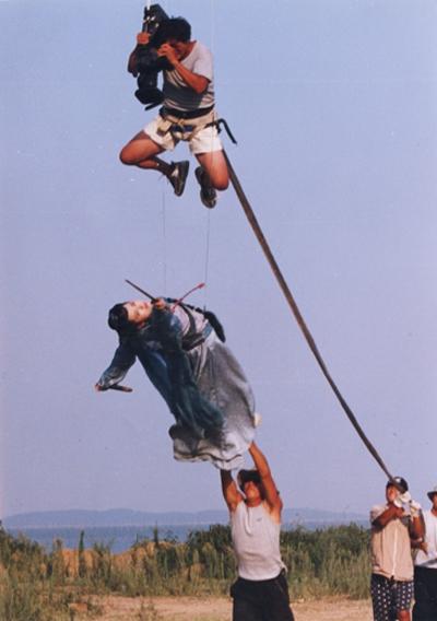 Để có được những cảnh quay chân thật và đặc sắc, Nhậm Doanh Doanh (Hứa Tình) trong Tiếu ngạo giang hồ 2001 đã treo mình hàng giờ liền trên cáp cao.