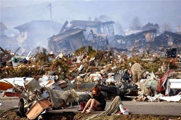 #5 Giữa đống hoang tàn do trận động đất và sóng thần ở Natori, Nhật Bản vào tháng 3/2011 là một cô gái trẻ đầy đau đớn.(Ảnh: Life Buzz)