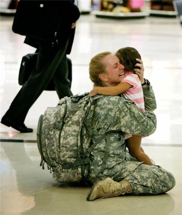 #18 Người lính tên Terri Gurrola đoàn tụ với con gái sau 7 tháng phục vụ tại Iraq.(Ảnh: Life Buzz)