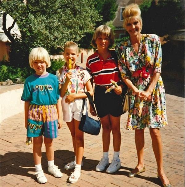 Bà Ivana bên cạnh ba đứa con của mình, trước khi bà và ông Trump ly hôn, cả gia đình đã có nhiều kỉ niệm vui vẻ bên nhau.