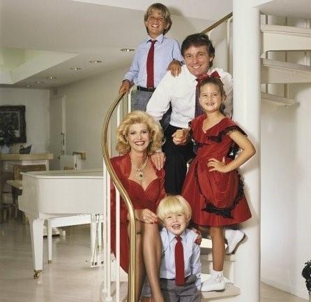Ảnh chụp ông Trump cùng với người vợ đầu tiên của mình làIvana Zvelníčkoá, họ có với nhau3 người con làDonald Jr. (38 tuổi), Ivanka (35 tuổi) và Eric (32 tuổi).