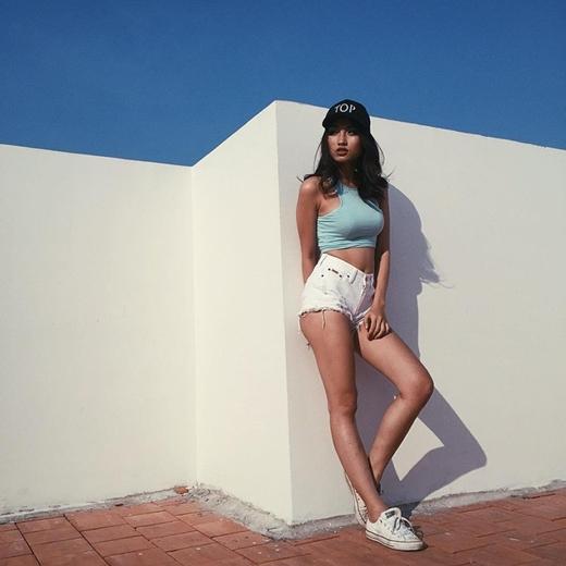 Áo croptop có thể là lựa chọn hàng đầu của bạn gái khi muốn tung tăng dạo phố trong một ngày nắng nóng.