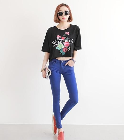 Một gợi ý phối áo croptop với quần skinny đơn sắc.