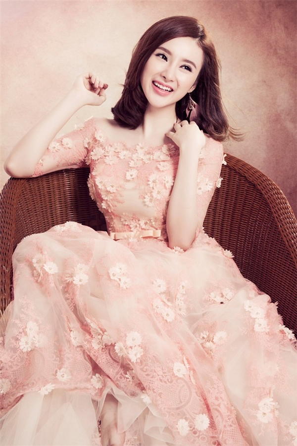Angela Phương Trinh và thiết kế cổ điển màu pastel nhạt đồng điệu với sắc da của cô.