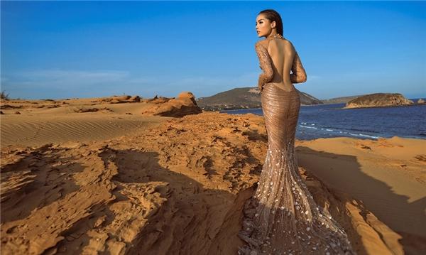 Hoa hậu Kỳ Duyên như hòa làm một với không gian qua chiếc váy có màu vàng, nâu tượng trưng cho đất cát miền sa mạc.