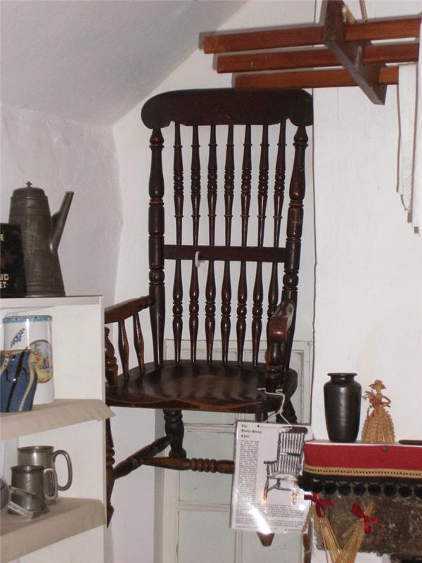 Hiện tại chiếc ghế này đang được treo lên cao để không còn ai ngồi lên đó nữa.