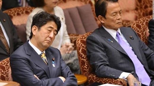 Thủ tướng Shinzo Abe cũng có lúc ngủ gật cơ mà!