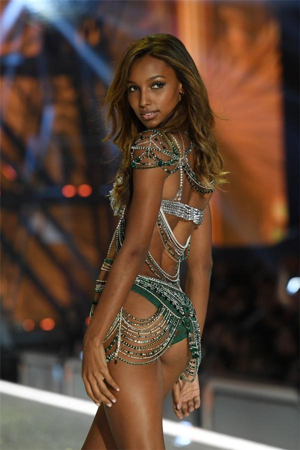 Nữ người mẫu da màu diện thiết kế kết hợp hai tông màu trắng bạc và xanh ngọc lục bảo.