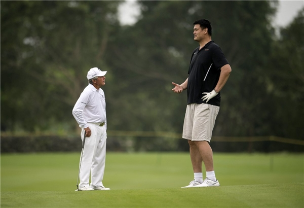 Yao Ming trò chuyện cùng golf thủ Gary Player.