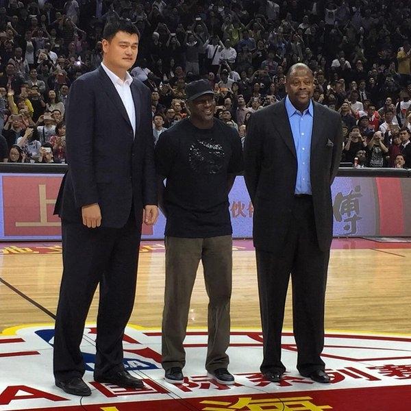 Huyền thoại bóng rổ Michael Jordan chưa bao giờ nhỏ bé như thế khi đứng cùng Yao Ming.