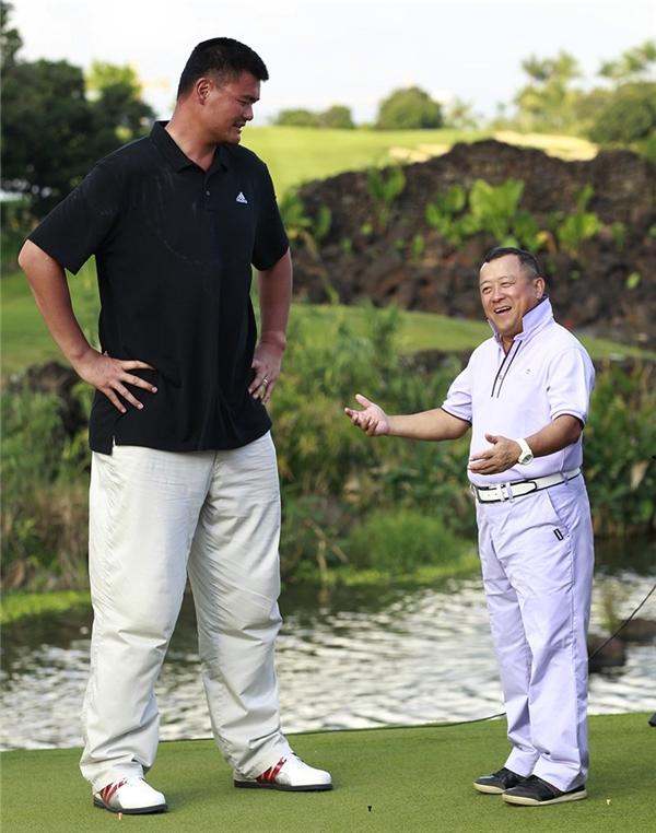 """Cuộc gặp gỡ giữa """"người khổng lồ""""Yao Mingvà """"người lùn"""" -tài tử Hông KôngTăng Chí Vĩ."""