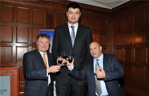 Ai nấy đều tỏ ra thích thú khi được chụp hình chung với Yao Ming.