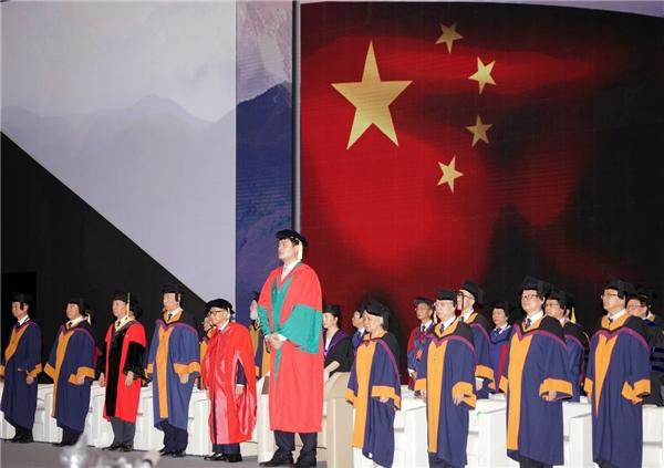 Chiều cao gây chú ý củaYao Ming trong ngày lễ tốt nghiệp đại học.