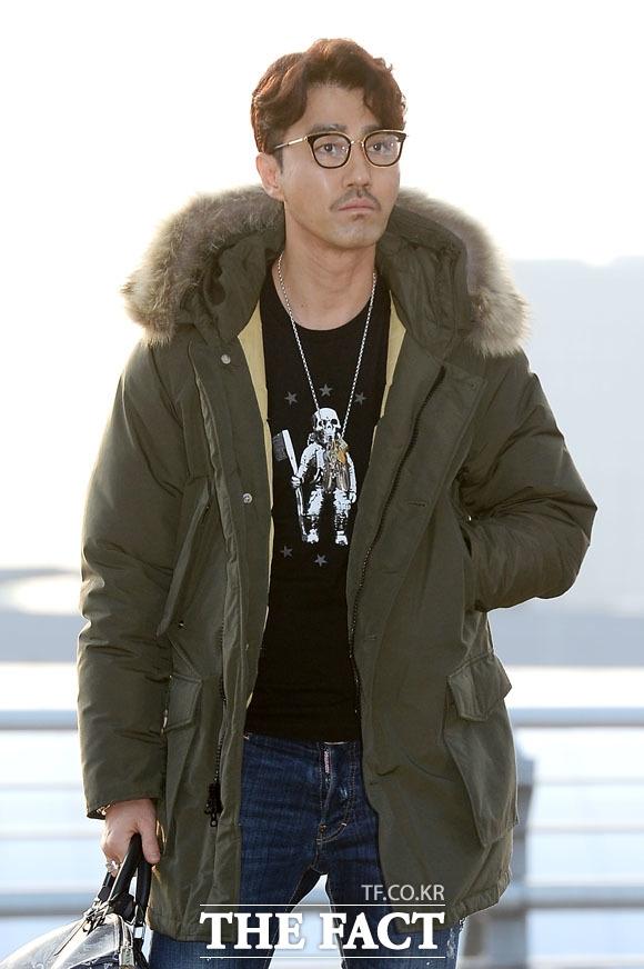 """Tài tử Cha Seung Won diện thời trang phong cách và cực """"cool ngầu"""" xuất hiện tại sân bay."""