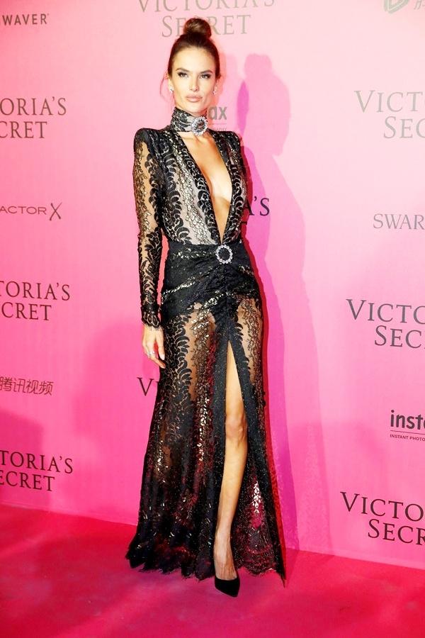 Alessandra Ambrossio diện váy đen xuyên thấu gợi cảm nhưng vô cùng sang trọng, tinh tế.