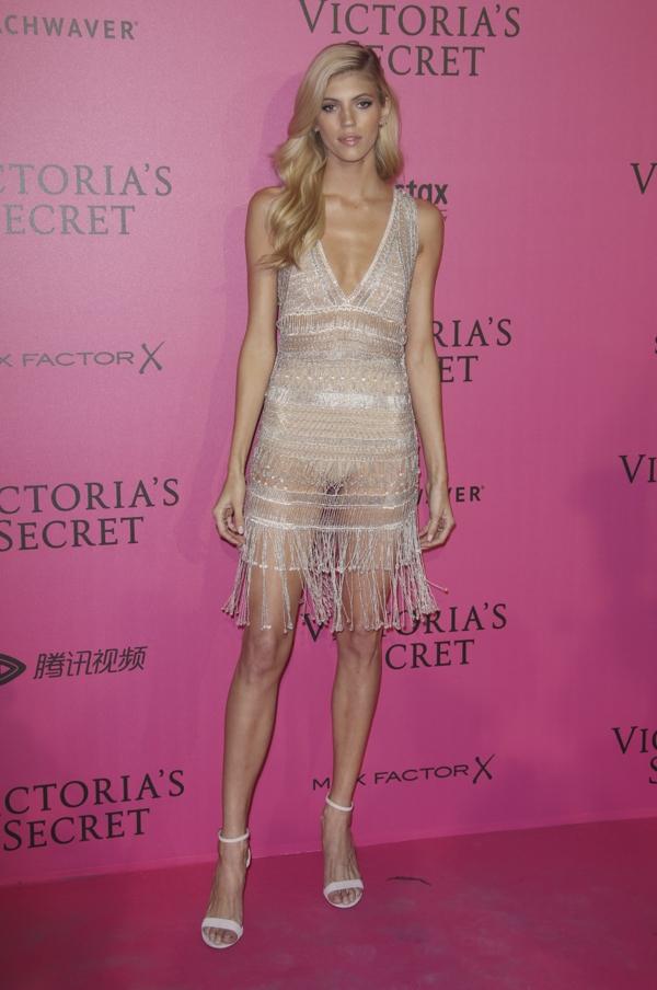 Đối thủ của Bella Hadid trên thảm hồng chính là chân dài Devon Windsor. Cô diện thiết kế hai dây với dáng váy chữ A cổ điển với độ mỏng không hề kém cạnh.
