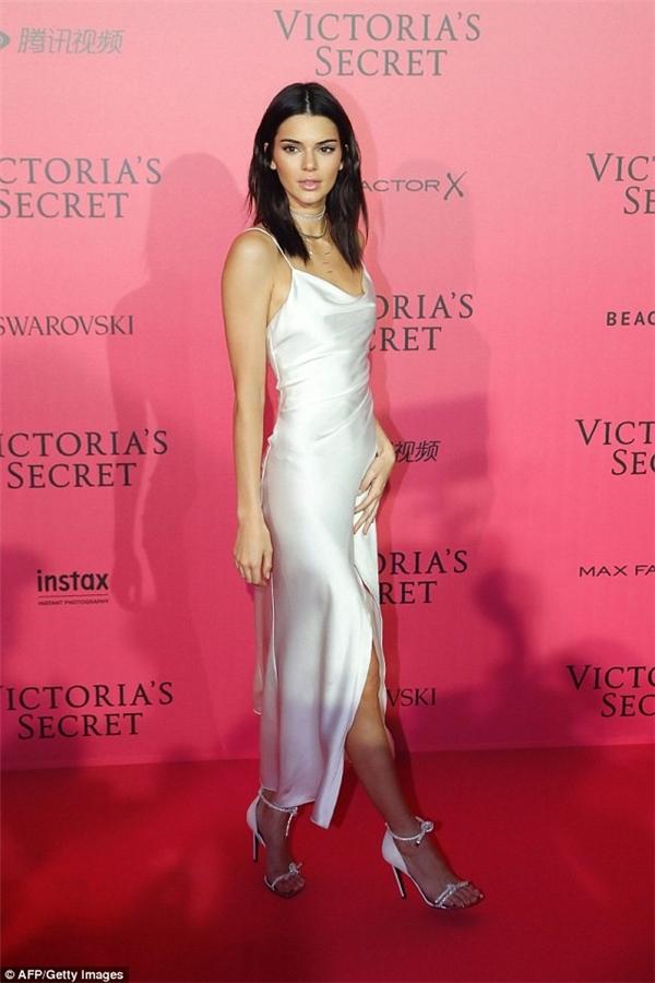 Kendall Jenner cũng chọn phong cách thời trang tối giản khi tham gia đêm tiệc cùng dàn thiên thần nội y.