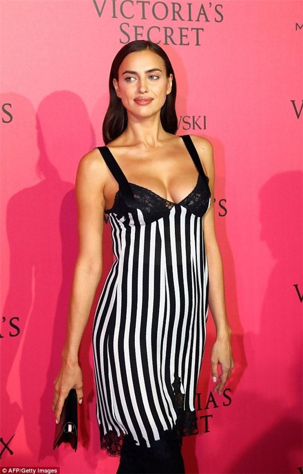 Irina Shayk tiếp tục diện trang phục giấu đi phần bụng. Nhiều tin đồn cho rằng cô nàng đang mang thai.