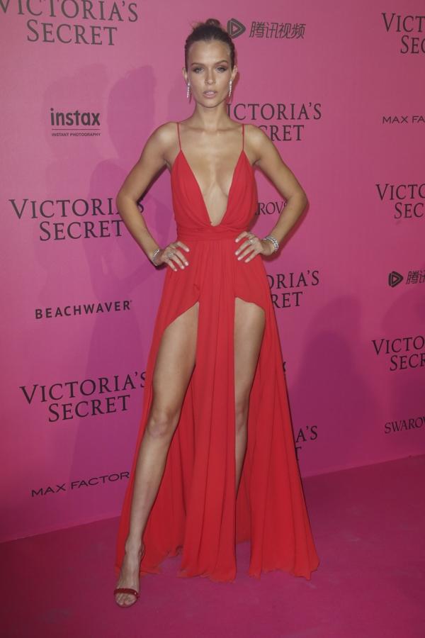 Josephine khoe chân dài miên man với thiết kế màu đỏ cắt xẻ sâu hút.