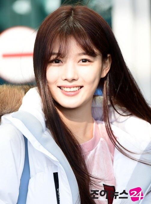 """Sao nhí Kim Yoo Jung diện trang phục thường ngày giản dị khoe vẻ ngoài xinh đẹp và tươi tắn. Mọi người cảm thấy đáng yêu khi bắt gặp con thú bông trên balo của cô nàng. Đây cũng là """"người bạn"""" thân thiết luôn sát cánh """"như hình với bóng"""" của nữ diễn viên."""