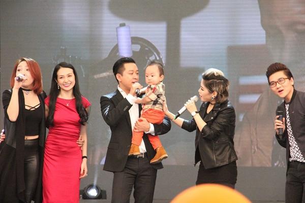 Khi cả gia đình có dịp đứng trên sân khấu, nam ca sĩ cũng vừa bế con vừa trình diễn. - Tin sao Viet - Tin tuc sao Viet - Scandal sao Viet - Tin tuc cua Sao - Tin cua Sao