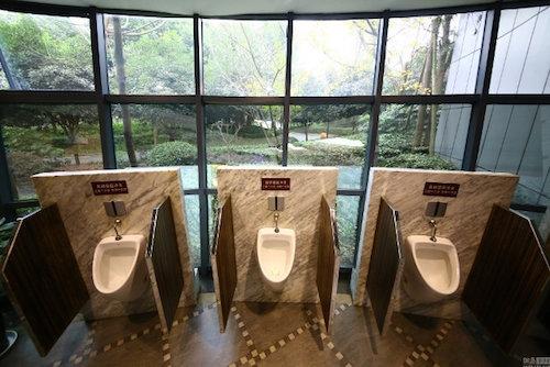 View đẹp nhìn ra cả một công viên thế này, bảo sao lại cứ thích chui vào nhà vệ sinh.