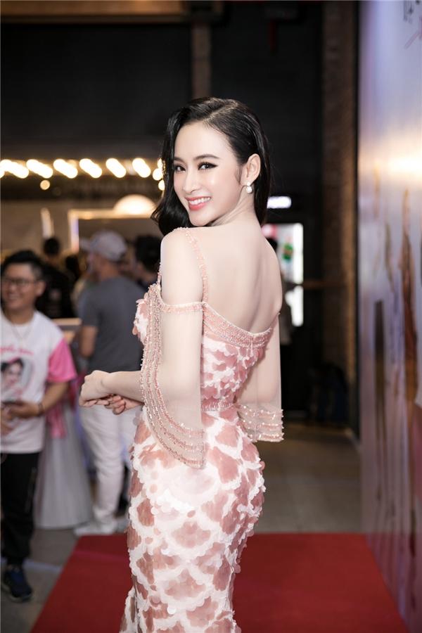 Angela Phương Trinh sang chảnhthuê dàn vệ sĩ tháp tùng ra mắt phim - Tin sao Viet - Tin tuc sao Viet - Scandal sao Viet - Tin tuc cua Sao - Tin cua Sao