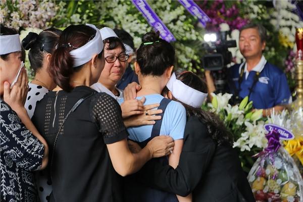 Mọi người ôm nhau khóc khiến không khí tang lễ thêm phần đau xót. - Tin sao Viet - Tin tuc sao Viet - Scandal sao Viet - Tin tuc cua Sao - Tin cua Sao