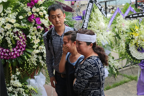 Con gái và con rể của nghệ sĩ Quang Lý từ Đan Mạch về đến TP HCM, lập tức đi thẳng đến Nhà tang lễ thành phố. Vừa đến nơi, hai vợ chồng đã oà khóc nức nở. - Tin sao Viet - Tin tuc sao Viet - Scandal sao Viet - Tin tuc cua Sao - Tin cua Sao
