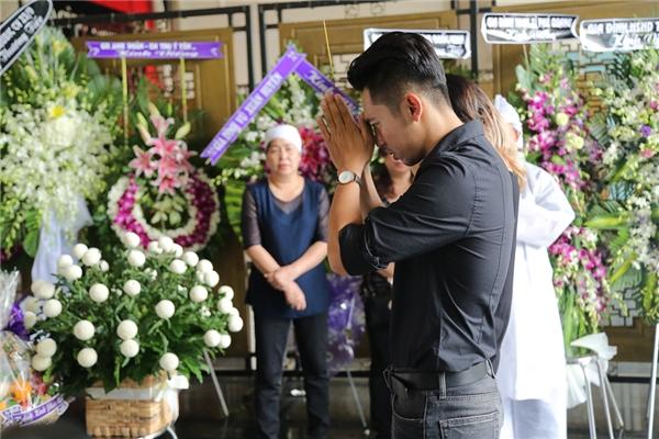 Mai Quốc Việt cố gắng kìm nén sự xúc động, thắp nén nhang tiễn biệt người thầy mà mình luôn yêu mến, kính trọng. - Tin sao Viet - Tin tuc sao Viet - Scandal sao Viet - Tin tuc cua Sao - Tin cua Sao