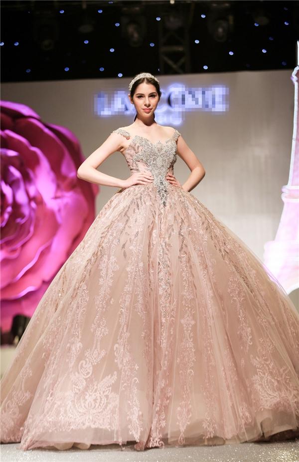 Ở bộ sưu tập lần này, nhà thiết kế Phạm Đăng Anh Thư ưu tiên các sắc thái của gam màu hồng và nuy, bao gồm hồng da, vàng hồng, hồng thạch anh.