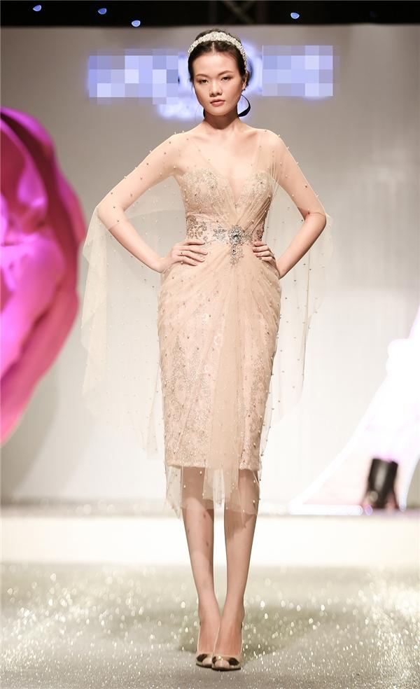Các thiết kế đa dạng về phong cách với chi tiết xẻ tà, mullet bất đối xứng cho đến váy công chúa cổ điển.
