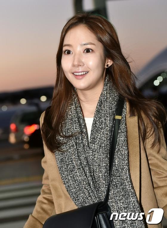 """Từ sau Remember, Park Min Young dường như mất hút trong làng giải trí để tận hưởng thời gian dài nghỉ ngơi. Cô nàng xuất hiện tự tin với làn da mịn màng nhưng đường nét gương mặt thay đổi dấy lên nghi vấn vừa """"trùng tu"""" nhan sắc."""