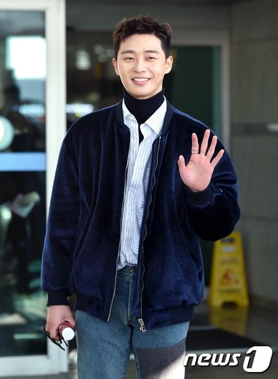 Mĩ nam Park Seo Joon vô cùng điển trai, phong độ và cực cuốn hút với nụ cười ấm áp quen thuộc.