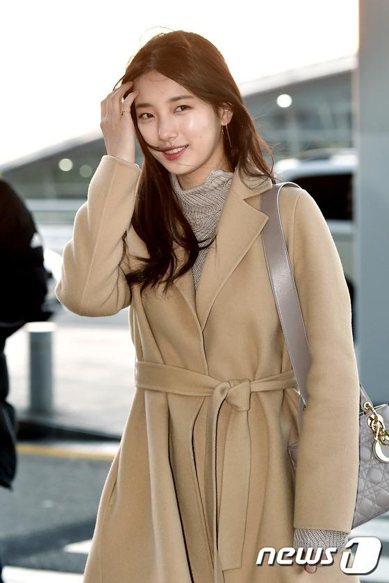 """Dù thời tiết se lạnh nhưng Suzy vẫn diện quần áo vô cùng mỏng manh. Vẻ ngoài xinh đẹp, thánh thiện giúp nàng """"tình đầu quốc dân"""" nhanh chóng trở thành tâm điểm của truyền thông. Màn trình diễn song ca của cô và Baekhyun (EXO) tối nay là một trong những tiết mục được mong chờ nhất."""