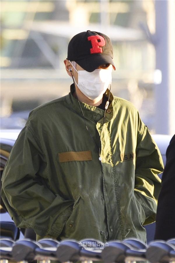 """G-Dragon diện phong cách độc lạ """"lấn át"""" dàn sao nữ tại sân bay"""