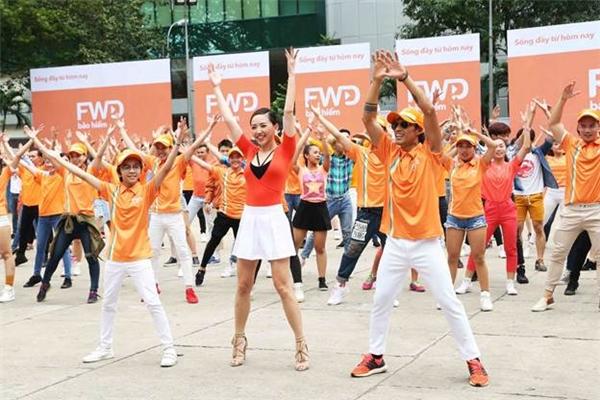 Màn trình diễn flashmob hoành tráng, độc đáo thu hút hàng trăm người tham gia là cảnh quay chủ đạo trong MV. - Tin sao Viet - Tin tuc sao Viet - Scandal sao Viet - Tin tuc cua Sao - Tin cua Sao