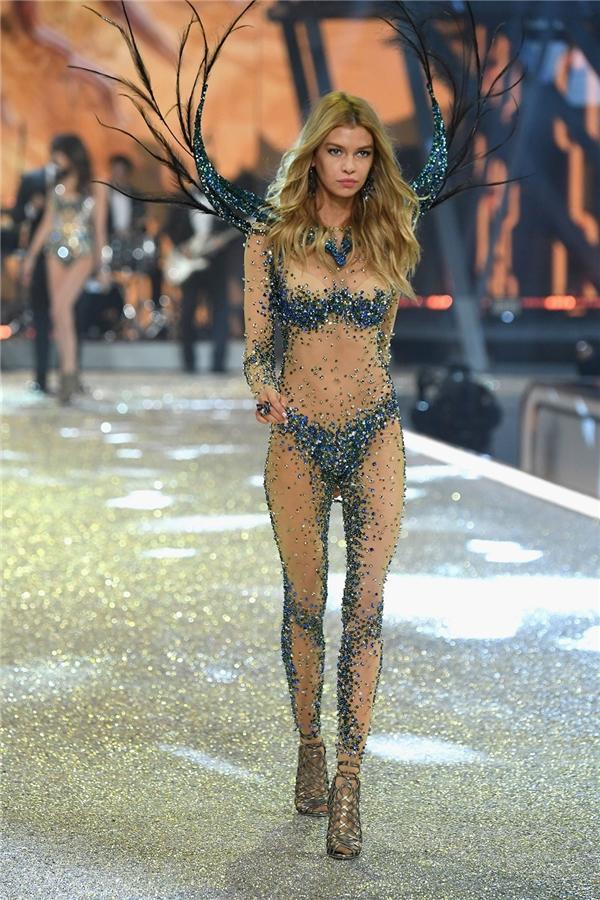 Những đôi chân dài thẳng tắp đáng mơ ước của thiên thần Victoria's Secret.