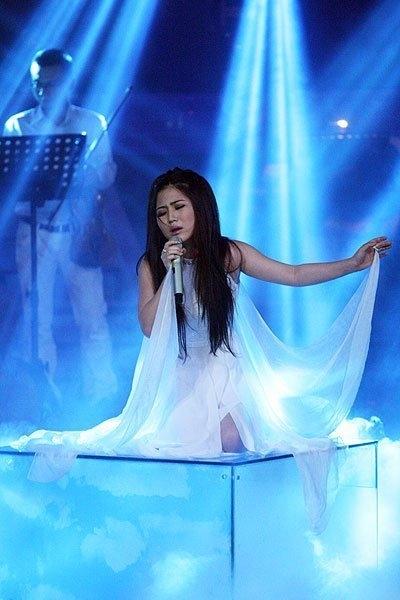 Trên đỉnh Phù Vân là ca khúc đã từng được Hương Tràm thể hiện trong đêm Chung kết Giọng hát Việt 2012 và chính phần trình diễn đó đã giúp cô bước lên bục vinh quang. - Tin sao Viet - Tin tuc sao Viet - Scandal sao Viet - Tin tuc cua Sao - Tin cua Sao