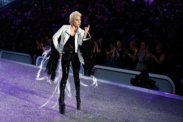 Choáng với giày khủng của Lady Gaga, thiên thần nội y cũng phải nể