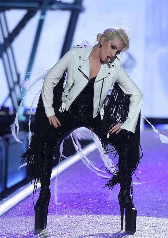 Trên sân khấu, Lady Gaga khiến khán giả choáng váng, người mẫu, thiên thần nội y phải thán phục khi đi đôi giày cao gần 30cm. Dù thiết kế trông rất nặng nề, lênh khênh nhưng Lady Gaga vẫn di chuyển rất mềm mại, thanh thoát mà không hề gặp bất kì khó khăn gì.