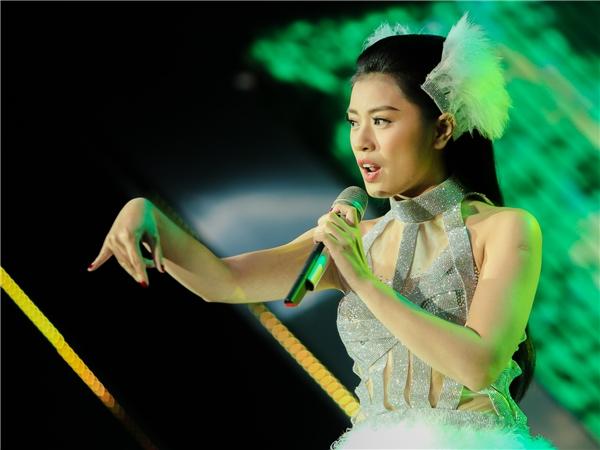 """Không chỉ cống hiến cho người nghe giọng hát nội lực, được đào tạo bài bản, xứng danh với một ngôi vị quán quân, Thu Hằng còn khiến khán giả mãn nhãn với màn hoá thân thành nàng thiên nga vô cùng gợi cảm trên sân khấu. Lấy cảm hứng từ vở nhạc kịch Hồ thiên nga, Thu Hằng cùng các vũ công """"hút hồn"""" người xem bằng những vũ điệu ballet cổ điển trên nền nhạc hiện đại của ca khúc Trong. - Tin sao Viet - Tin tuc sao Viet - Scandal sao Viet - Tin tuc cua Sao - Tin cua Sao"""